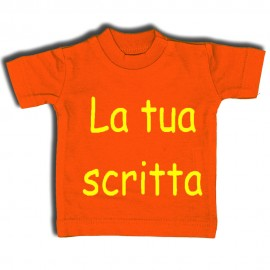 Mini t-shirt arancione con gruccia e ventosa da appendere in auto