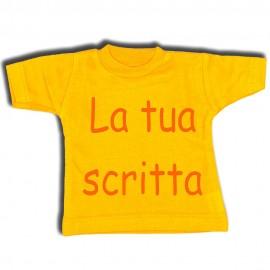 Mini t-shirt gialla con gruccia e ventosa da appendere in auto