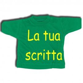 Mini t-shirt verde con gruccia e ventosa da appendere in auto